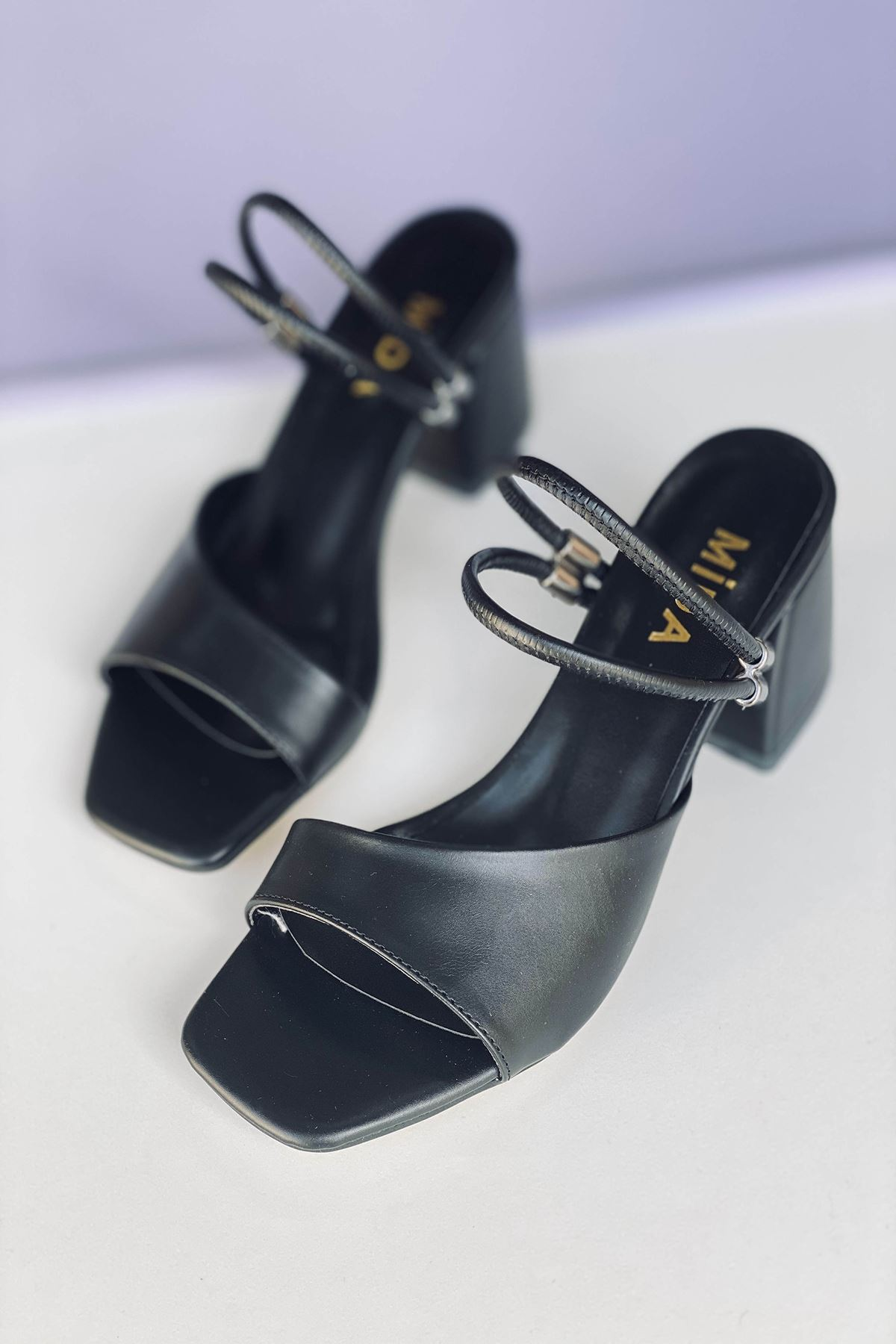 Y911 Siyah Deri Topuklu Ayakkabı