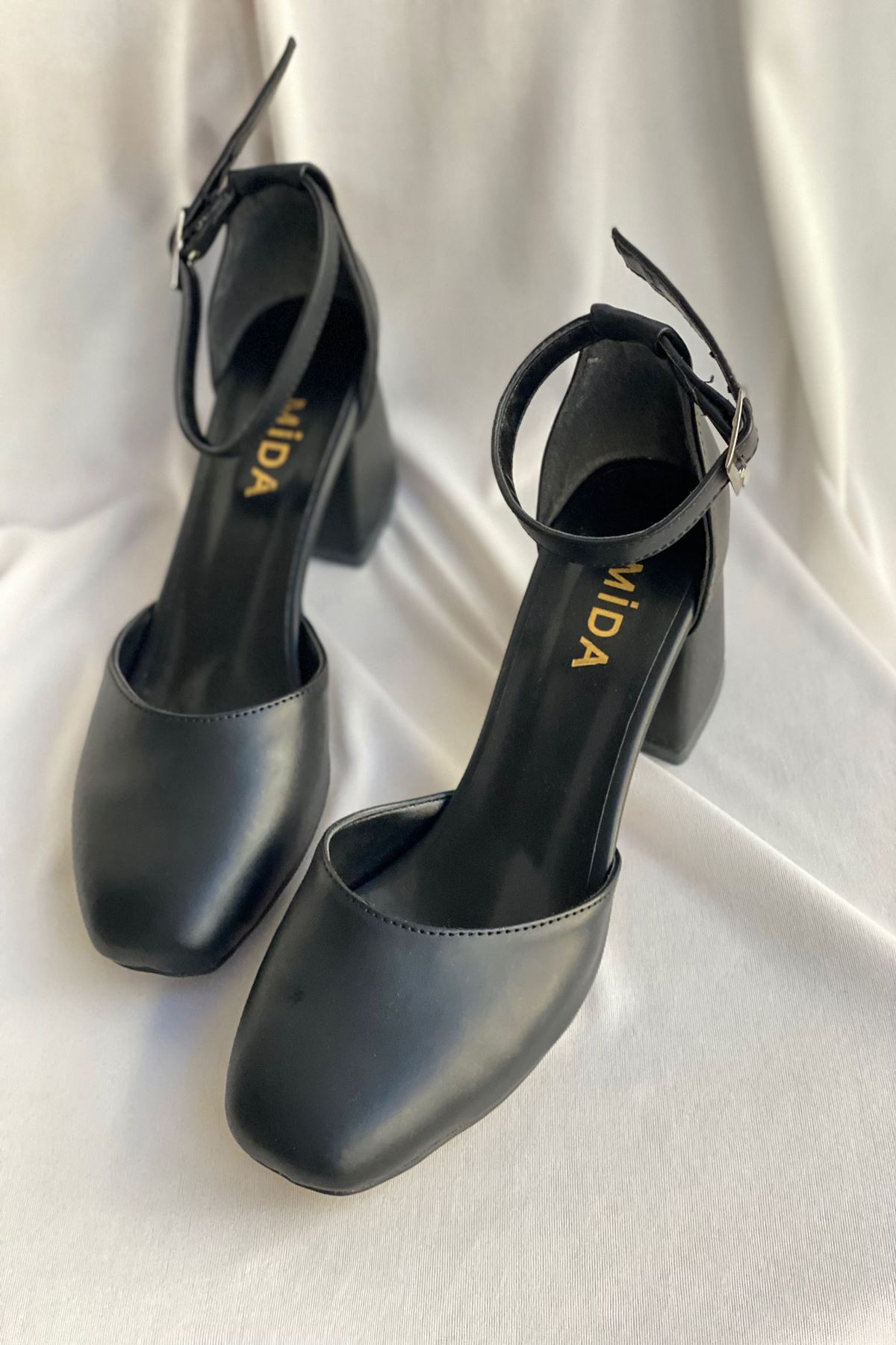 Y192 Siyah Deri Topuklu Ayakkabı